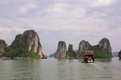 Montanhas no louro de Halong, Vietnam imagem de stock