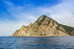 Montanhas no parque nacional de Cinque Terre, vista do navio da excursão Localizado entre as cidades de Levanto e Monterosso foto de stock royalty free