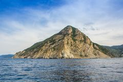 Montanhas no parque nacional de Cinque Terre, vista do navio da excursão Localizado entre as cidades de Levanto e Monterosso imagens de stock royalty free