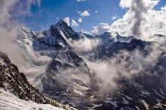 Montanhas no por do sol em um dia nebuloso Fotografia de Stock