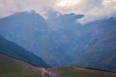 Montanhas no verão em Geórgia Montanhas nas nuvens Vista horizontal Imagem de Stock