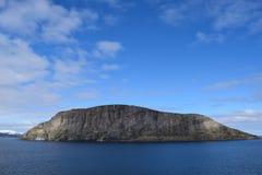 Montanhas norueguesas vistas do mar Acima do círculo ártico Fotografia de Stock