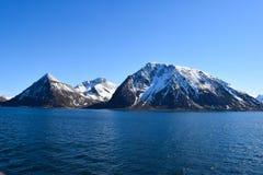 Montanhas norueguesas vistas do mar Acima do círculo ártico Foto de Stock