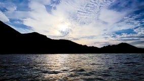 Montanhas obscuras e por do sol claro Imagem de Stock Royalty Free