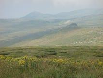 Montanhas parcialmente verdes de Vitosa perto de Sófia em Bulgária Imagens de Stock Royalty Free