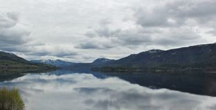Montanhas pelo lago Imagens de Stock