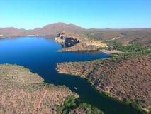 Montanhas, penhascos, deserto, e lago Fotos de Stock Royalty Free