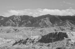 Montanhas perto do lago Issyk- Kul em Kyrgystan durante a temporada de verão fotos de stock