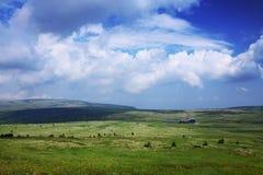 Montanhas, planície, nuvens, nuvens brancas, céu fotos de stock