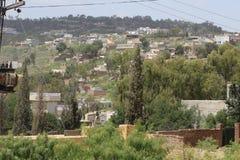 Montanhas Plantas e árvores lugar povoado Lugar verde cenário imagem de stock