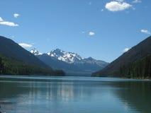 Montanhas por um lago fotos de stock royalty free