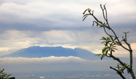 Montanhas que cercam a cidade de Bandung Imagem de Stock