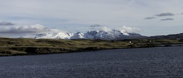 Montanhas que negligenciam um lago frio nas montanhas escocesas fotos de stock