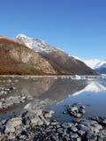 Montanhas refletidas em um lago Fotografia de Stock