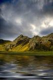 Montanhas refletidas na água Imagens de Stock Royalty Free
