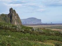 Montanhas, rochas e campos de Islândia Foto de Stock