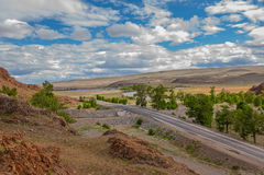 Montanhas, rochas, pedras vermelhas, estrada, paisagem, céu Imagens de Stock