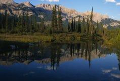 Montanhas Rochosas canadenses refletidas Fotografia de Stock Royalty Free