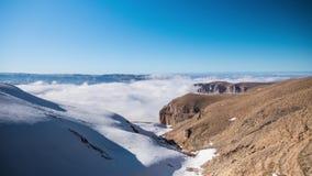 Montanhas rochosas cobertos de neve e névoa de flutuação, lapso de tempo vídeos de arquivo