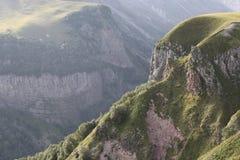 Montanhas rochosas com plantas verdes imagem de stock
