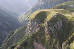 Montanhas rochosas com plantas verdes imagens de stock