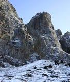 Montanhas rochosas de Zaili Alatau cobertas pela neve Imagem de Stock