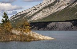 Montanhas rochosas do lago foto de stock