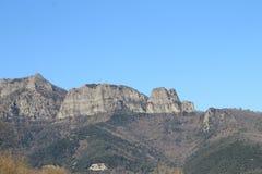 Montanhas rochosas e céu azul fotos de stock
