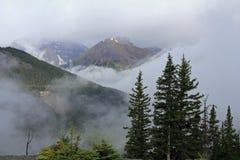Montanhas rochosas encobertas na névoa - Alberta Fotografia de Stock