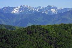 Montanhas rochosas que esticam na distância Imagens de Stock