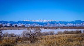 Montanhas rochosas tampadas neve Fotografia de Stock