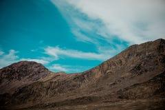 Montanhas semelhantes da lua bonita no deserto imagem de stock royalty free
