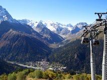 Montanhas Ski Resort de Dombay em Rússia fotos de stock royalty free