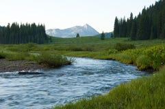 Montanhas Snow-capped e água fresca do espaço livre Fotos de Stock