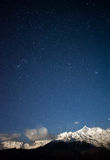 Montanhas Snow-capped e as estrelas Imagens de Stock
