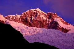 Montanhas Snow-capped no crepúsculo Fotos de Stock Royalty Free