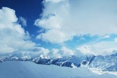 Montanhas sob a neve no inverno Fotos de Stock