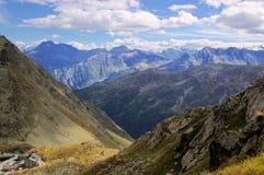 Montanhas sob nuvens Imagens de Stock