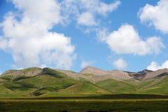 Montanhas sob o céu azul fotografia de stock royalty free