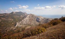 Montanhas sob o céu azul com nuvens Imagens de Stock Royalty Free