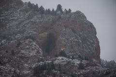 Montanhas sob o céu com neve fotografia de stock
