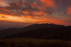 montanhas sob o céu da manhã com nuvens Fotografia de Stock