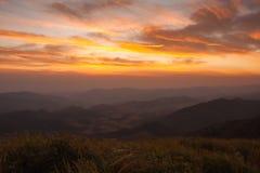 montanhas sob o céu da manhã com nuvens Imagem de Stock