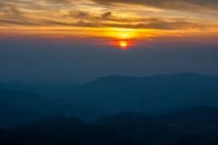 montanhas sob o céu da manhã com nuvens Imagem de Stock Royalty Free
