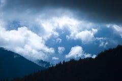 Montanhas sob a tampa de nuvem Fotografia de Stock Royalty Free