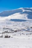 Montanhas suecos do dia ensolarado com lotes da neve Fotos de Stock