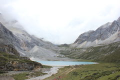 montanhas tampadas neve e mar colorido Imagens de Stock