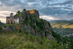 Montanhas, templos, santuários, história, rios, neve, nuvens fotografia de stock