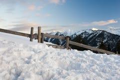 Montanhas tirolesas românticas no crepúsculo, muita neve Foto de Stock Royalty Free