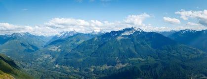Montanhas, vales, e panorama das nuvens Imagem de Stock